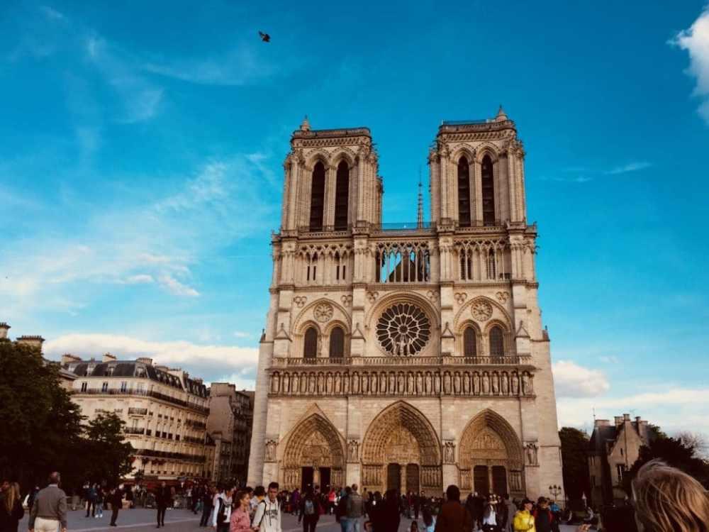 Notre-Dame de Paris par une belle journée de printemps.