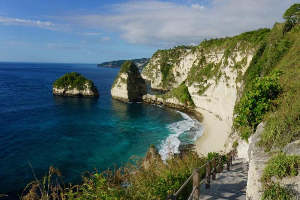 Diamond Beach Nusa Penida et ses nouveaux escaliers pour y descendre. Indonésie