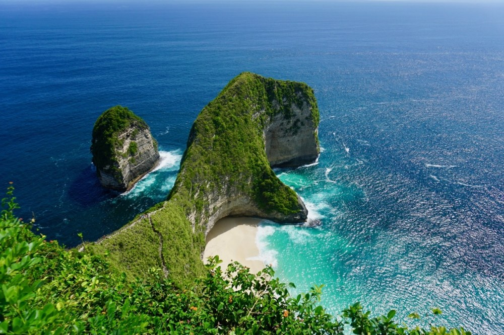 La fameuse plage KelinKing à Nusa Penida à Bali, Indonésie, et sa tête de Tyrannosaure Rex