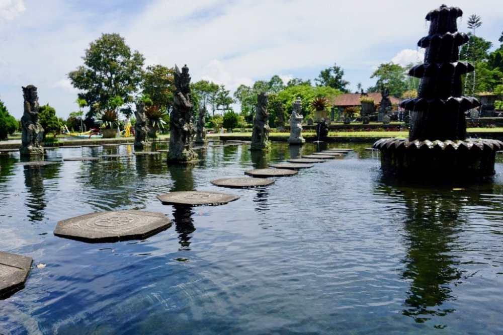 Les pierres sur lesquels les visiteurs peuvent se balader à Taman Tirtagangga, Bali, Indonésie