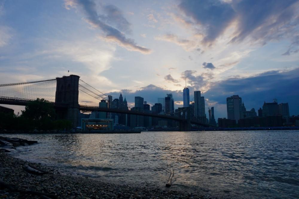 Magnifique coucher de soleil depuis Brooklyn DUMBO avec vue sur lower Manhattan et le Brooklyn Bridge New York