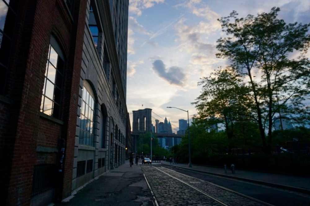 Dans DUMBO, vue sur le Brooklyn Bridge et lower Manhattan, NY