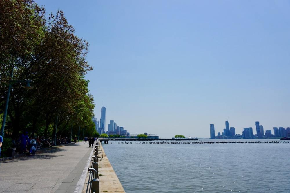 La rivière Hudson avec vue sur One World au loin, lower Manhattan, NY