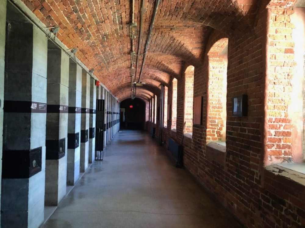 Couloir intérieur de la prison où se situe les chambres des invités, HI Jail Ottawa, auberge jeunesse
