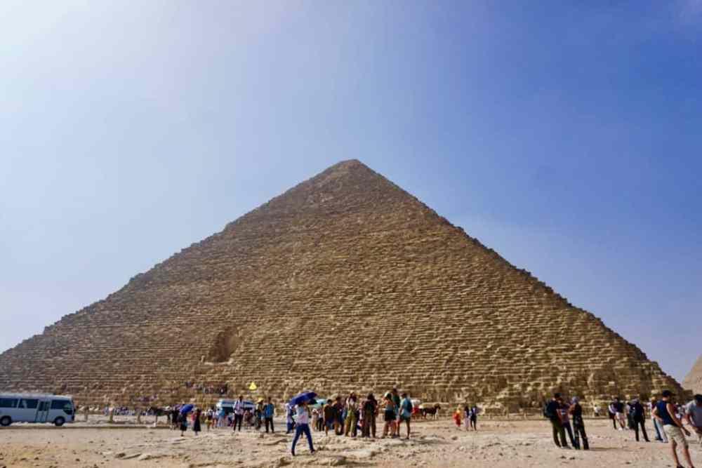 À l'arrivée à la pyramide de Kheops au Caire en Égypte, plusieurs autobus de touristes s'y croisent