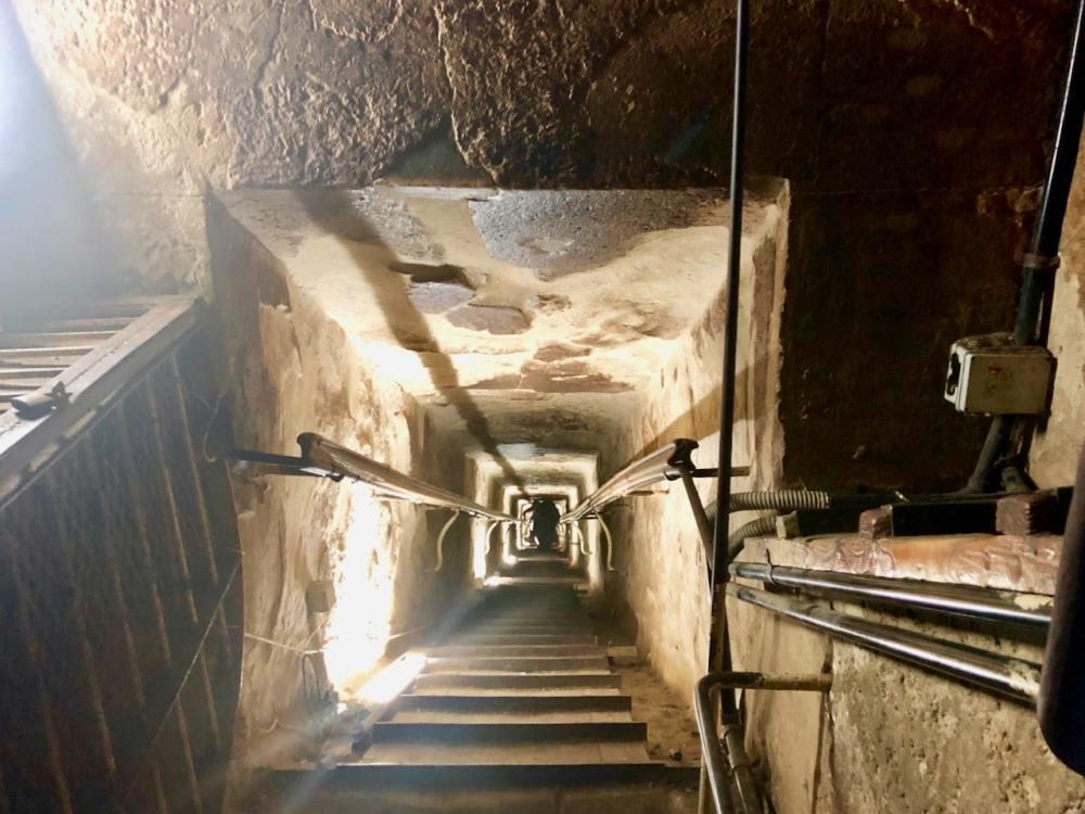 Le passage étroit à l'entrée de la pyramide de Kheops, Caire Égypte