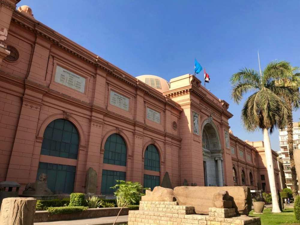 Extérieur du musée égyptien au Caire