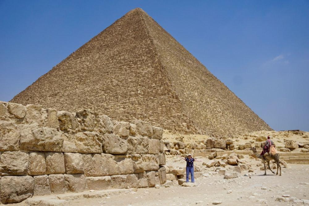 MC Globetrotteuse au pied de la pyramide de Kheops