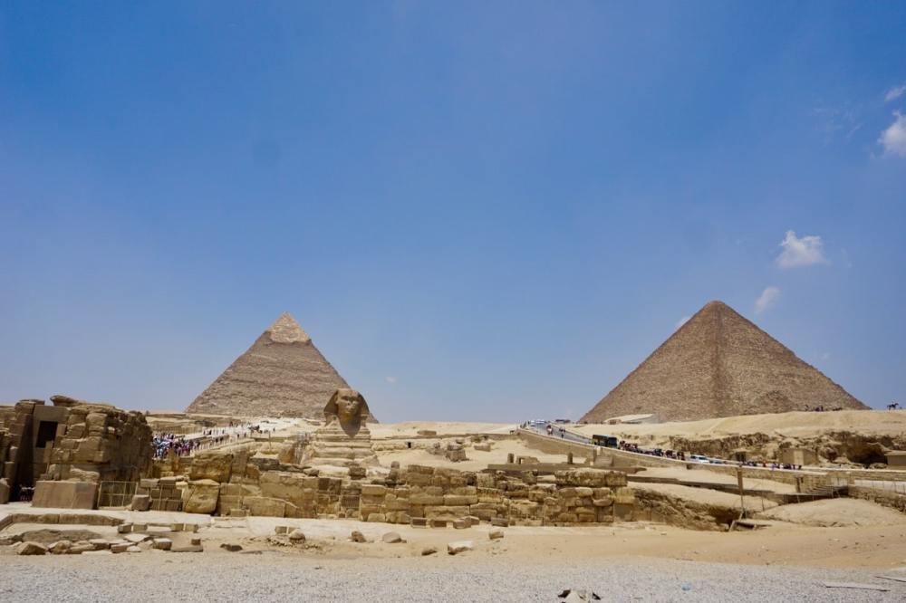 Le Sphinx et les Grandes Pyramides d'Égypte au Caire