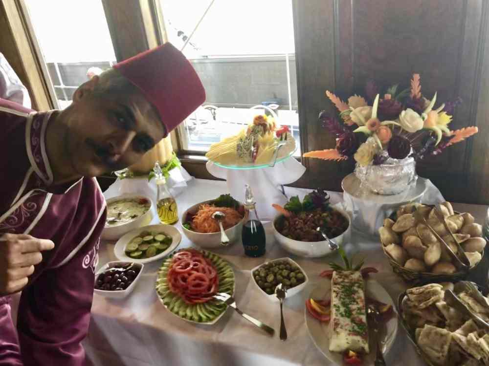 Le buffet à bord du Steam Ship Sudan