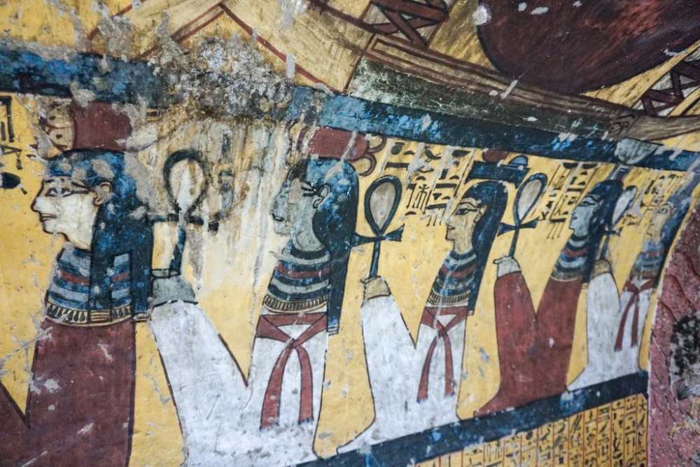 Intérieur d'un tombeau dans la vallée des artisans près de Louxor