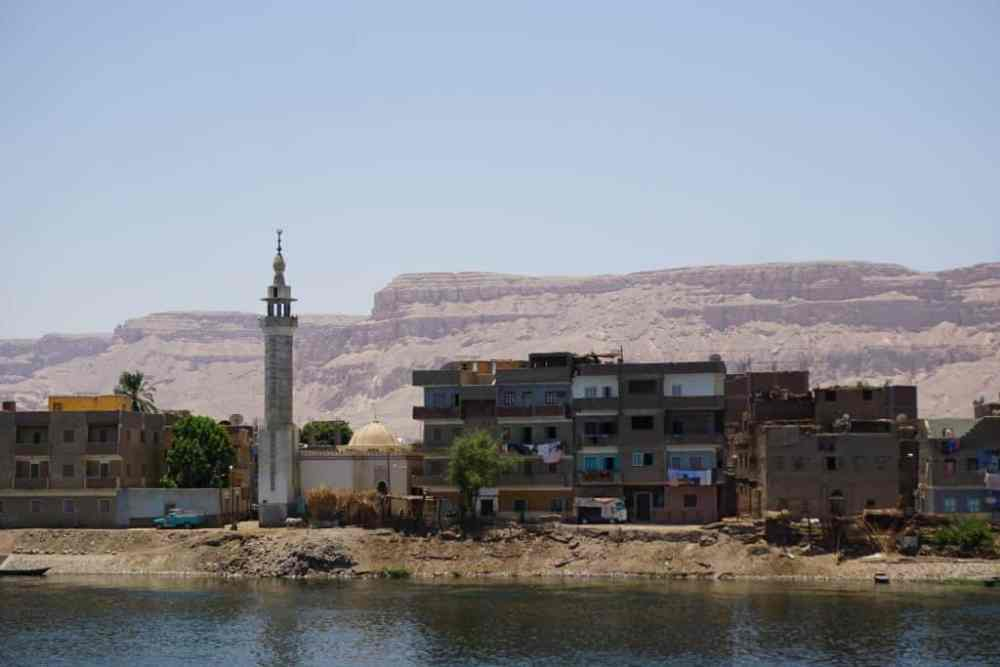 Un village sur les rives du Nil entre Louxor et Qena en Égypte