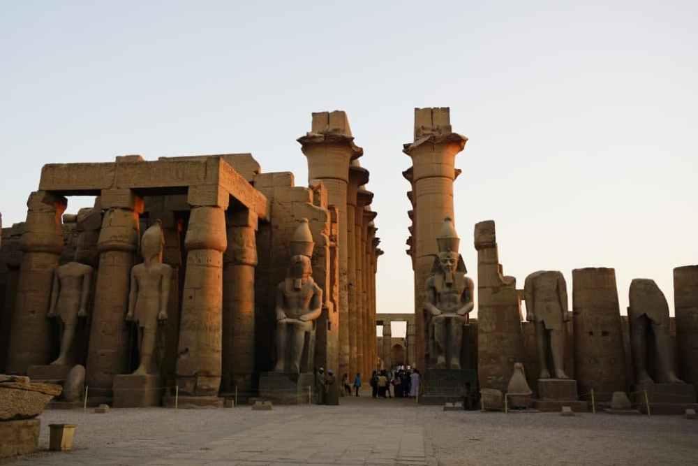 Temple de Louxor au coucher de soleil en Égypte