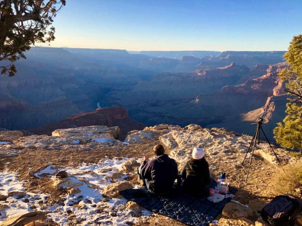 Le Grand Canyon au coucher du soleil, des gens pique niquent