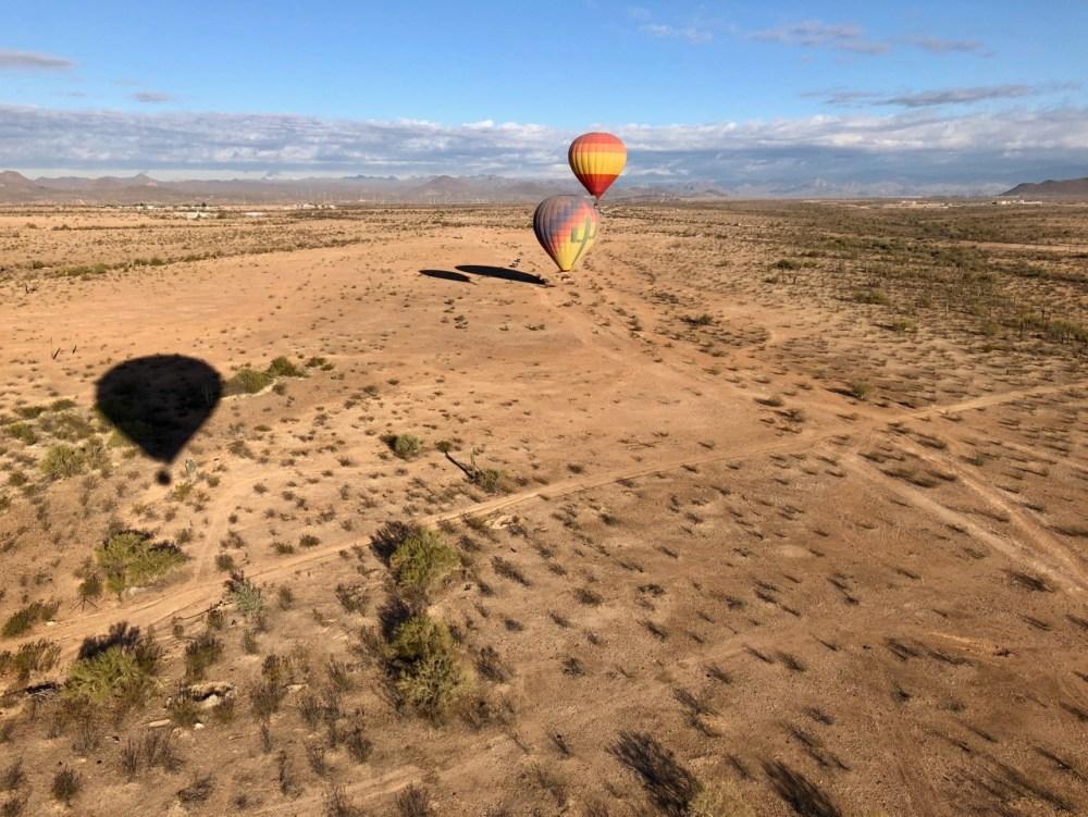 Vue en montgolfière sur le désert de Sonora en Arizona près de Phoenix