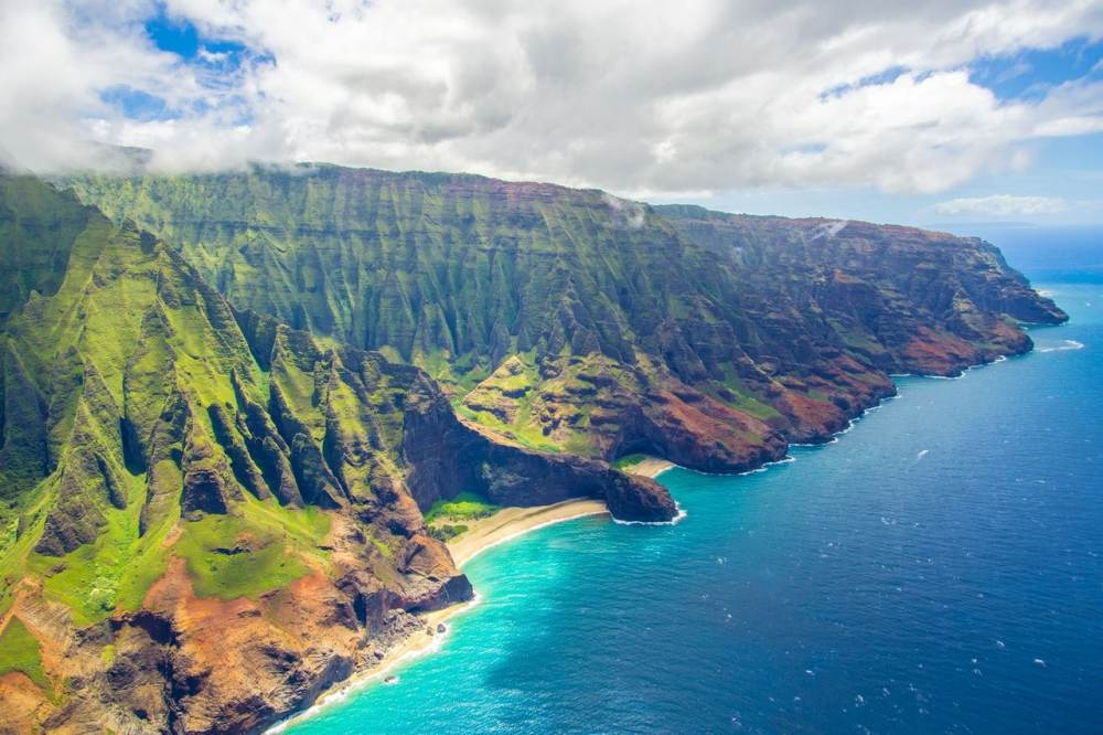 Paysages d'Hawaii montagnes et mer bleue.