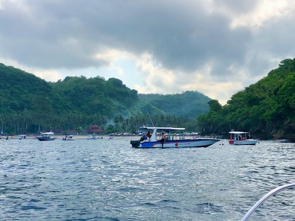 Crystal Bay à Nusa Penida où plusieurs bateaux mènent les touristes pour l'apnée