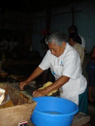 Cocineras preparan los alimentos para la celebración. Foto: Diego Fajardo
