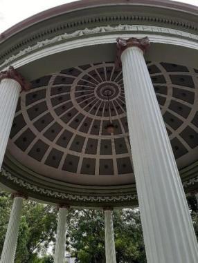 Detalles de los ornamentos en las columnas y la cúpula del Monumento, hechos por Francisco Jiménez operario de los talleres de Obras Públicas. Por: Carlos Fallas Pastor, historiador del Centro de Patrimonio Cultural.