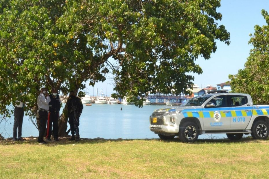 Vendor's body found along Howard Cooke Boulevard