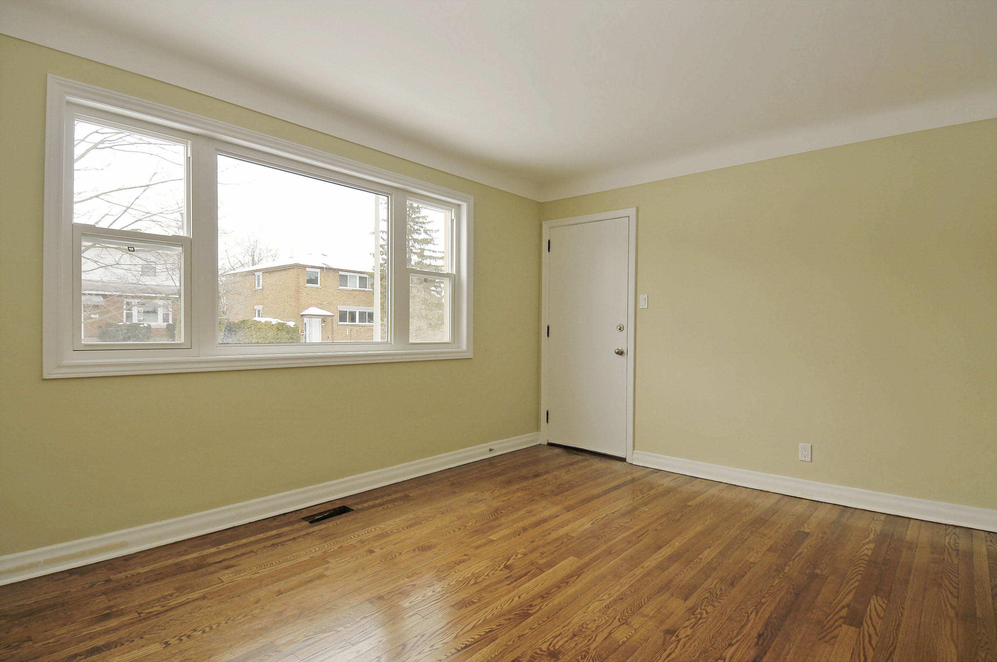 2-1127 Richard Avenue second floor living room
