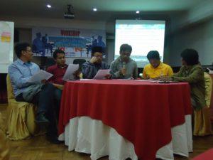 Perwakilan Koalisi Masyarakat Sipil AntiKorupsi Jatim menyampaikan sikap terhadap proses seleksi pimpinan KPK di Batu 5/7/2015