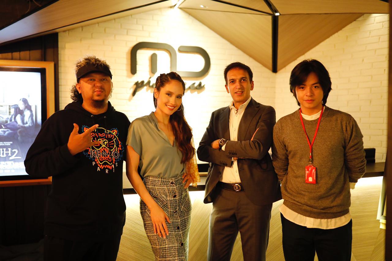 Ke lokasi syuting film #DevilOnTop. Good luck for Anggy Umbara, cast, and crew, semoga semua berjalan dengan lancar!