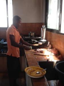 Maison_des_Anges_Küchenrenovation_Papa_Joseph_am_Kochen