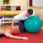 Kobieta na rehabilitacji kręgosłupa