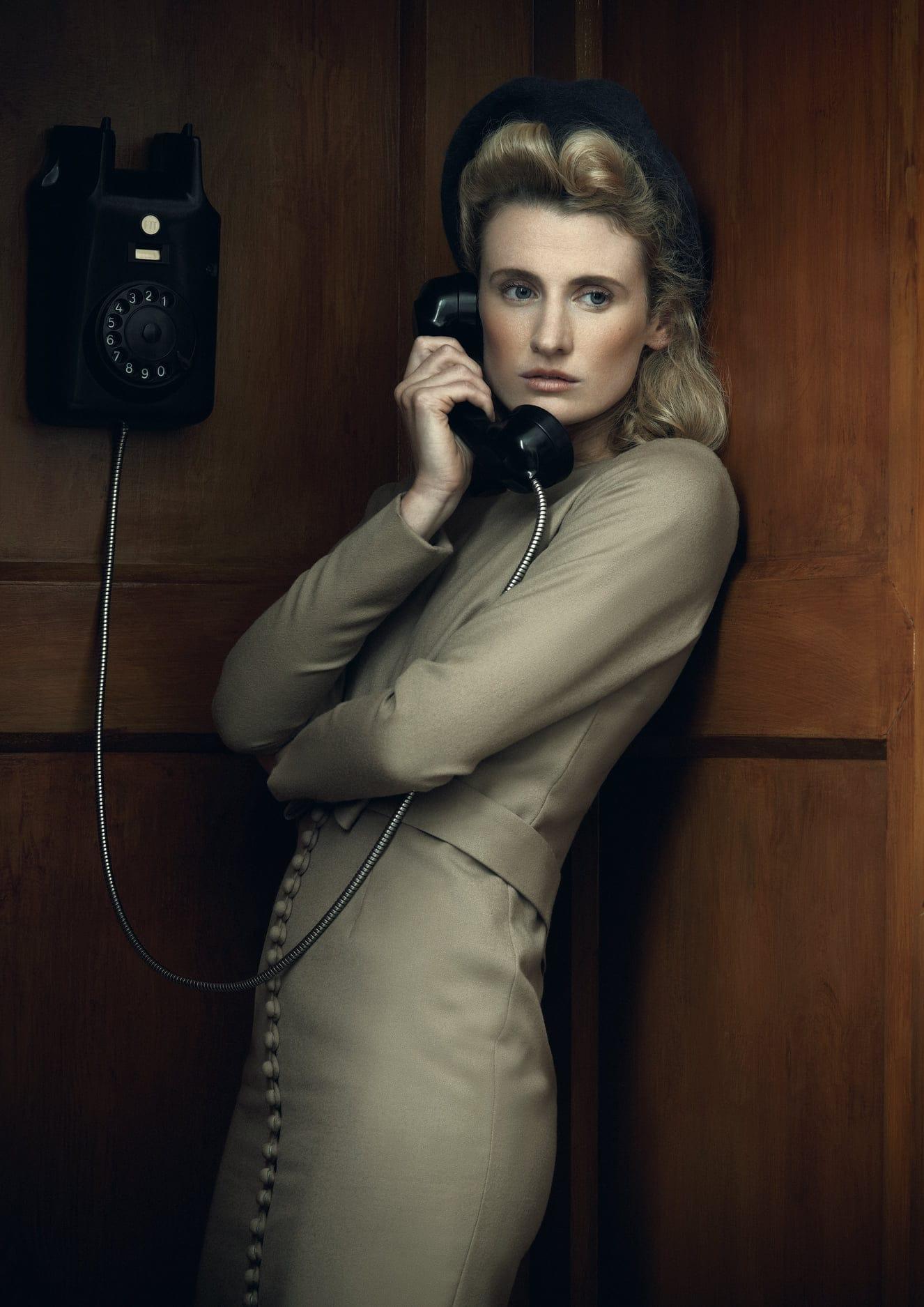 Model belt met een ouderwetse telefoon