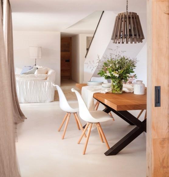 1-comedor-con-sillas-blancaas-mesa-de-madera-con-patas-negras-y-lampara-de-techo-de-fibra-natural-00436704_a37848a3