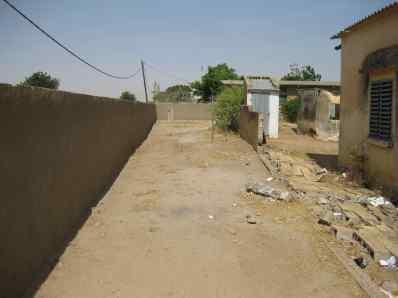 Latrine à l'école avec le mur qui est tombé