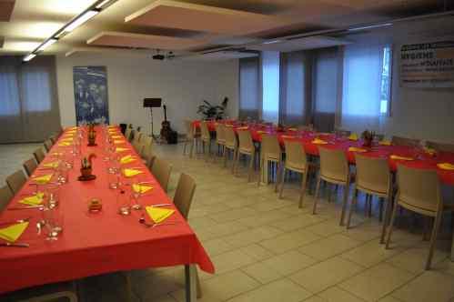 Tables prêtes pour l'accueil des convives