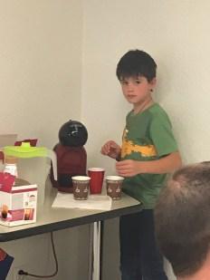 Timothy sert les cafés