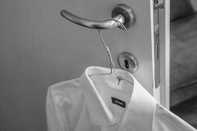Λευκά πουκάμισα, χωρίς λεκέδες στο γιακά και τα μανίκια