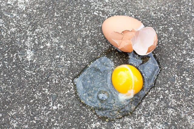 Αν πέσει αβγό στο πάτωμα, έτσι θα το καθαρίσεις