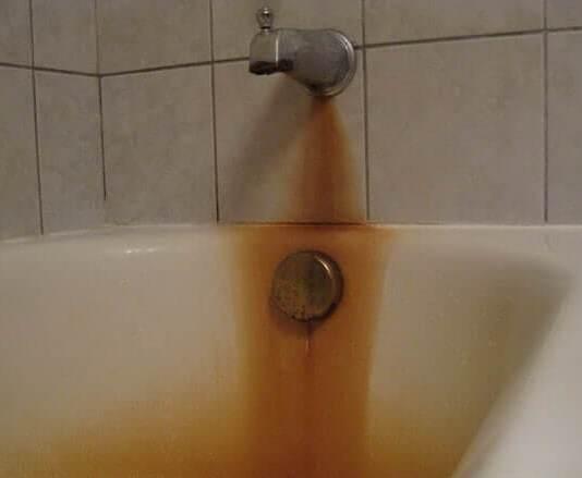 Λεκές σκουριάς στη μπανιέρα