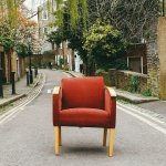 Μια πολυθρόνα στη μέση του δρόμου