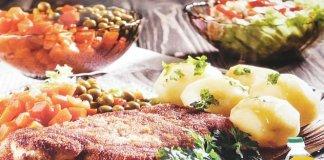 Χοιρινό σνίτσελ με πατάτες, καρότο και αρακά
