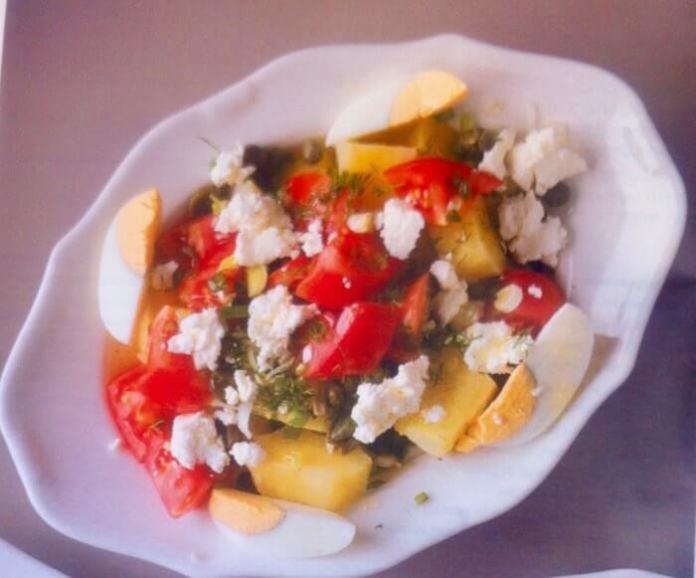 Σαλάτα με πατάτες, ντομάτα και ξινομυζήθρα