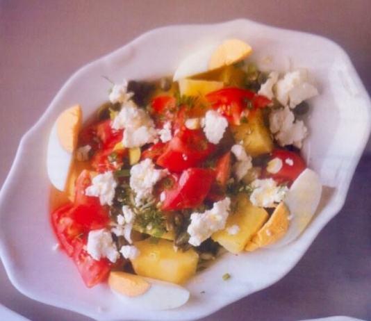 Σαλάτα με πατάτα, ντομάτα και ξινομυζήθρα