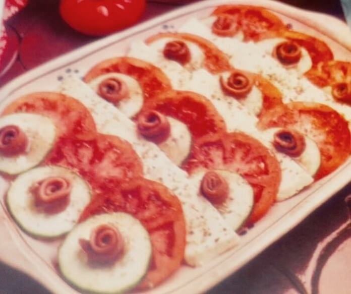 Μοτσαρέλα με ντομάτες, νόστιμη σαλάτα