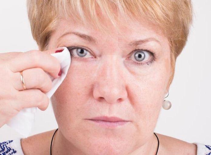 Μεγαλύτερες ηλικίες και ντεμακιγιάζ ματιών
