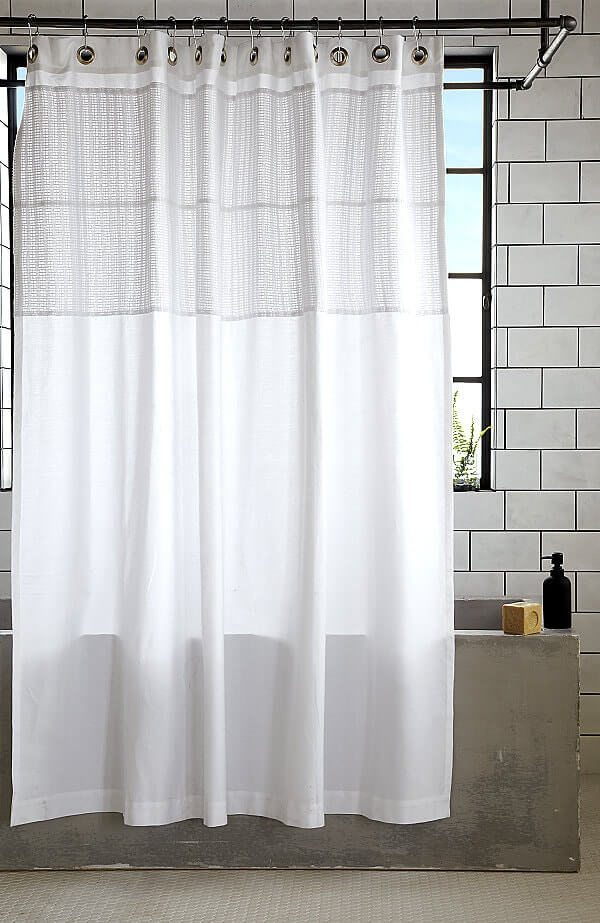 Λεκέδες υγρασίας στην κουρτίνα του μπάνιου