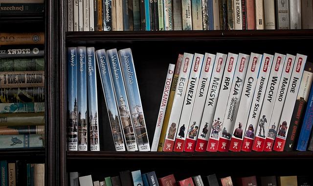 Ξεσκονίζουμε τα βιβλία στη βιβλιοθήκη