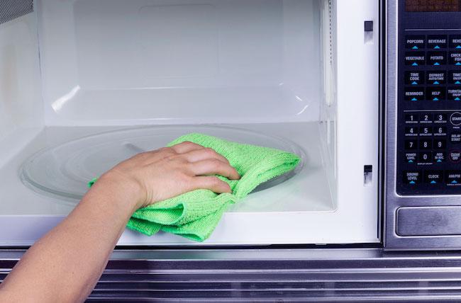 Καθάρισε τον φούρνο μικροκυμάτων χωρίς κόπο