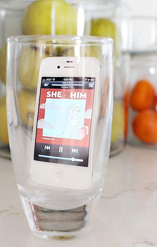 Γιατί το κινητό μέσα στο ποτήρι;