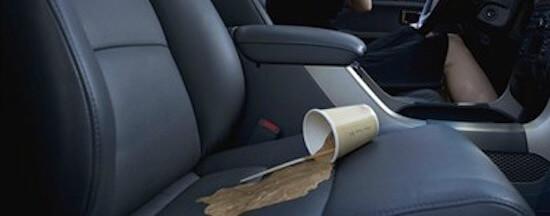 Ποτήρια με υγρά στο αυτοκίνητο – το κόλπο για να μη χυθούν