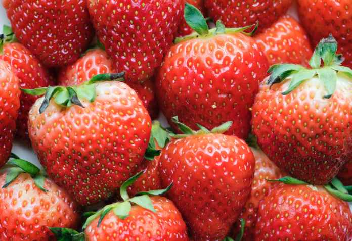Το κόλπο για το κοτσάνι της φράουλας