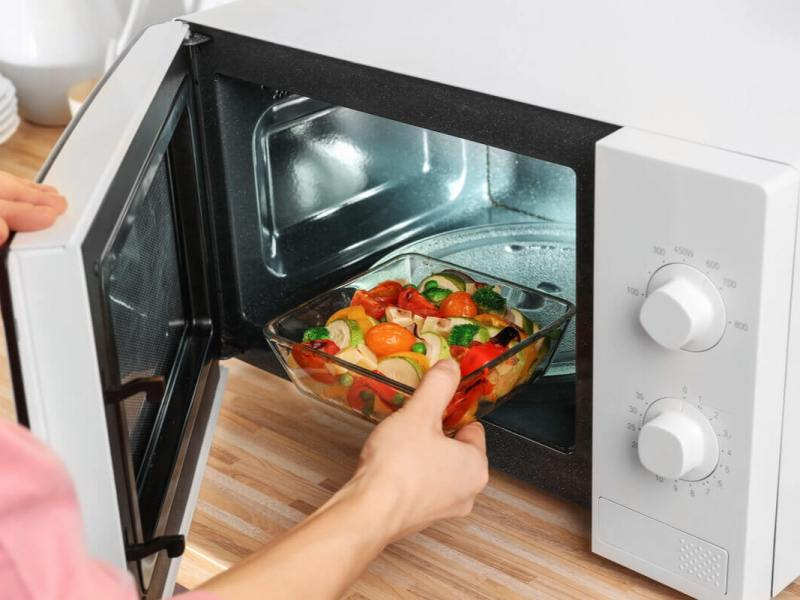 Ζεσταίνετε φαγητό στο φούρνο μικροκυμάτων;